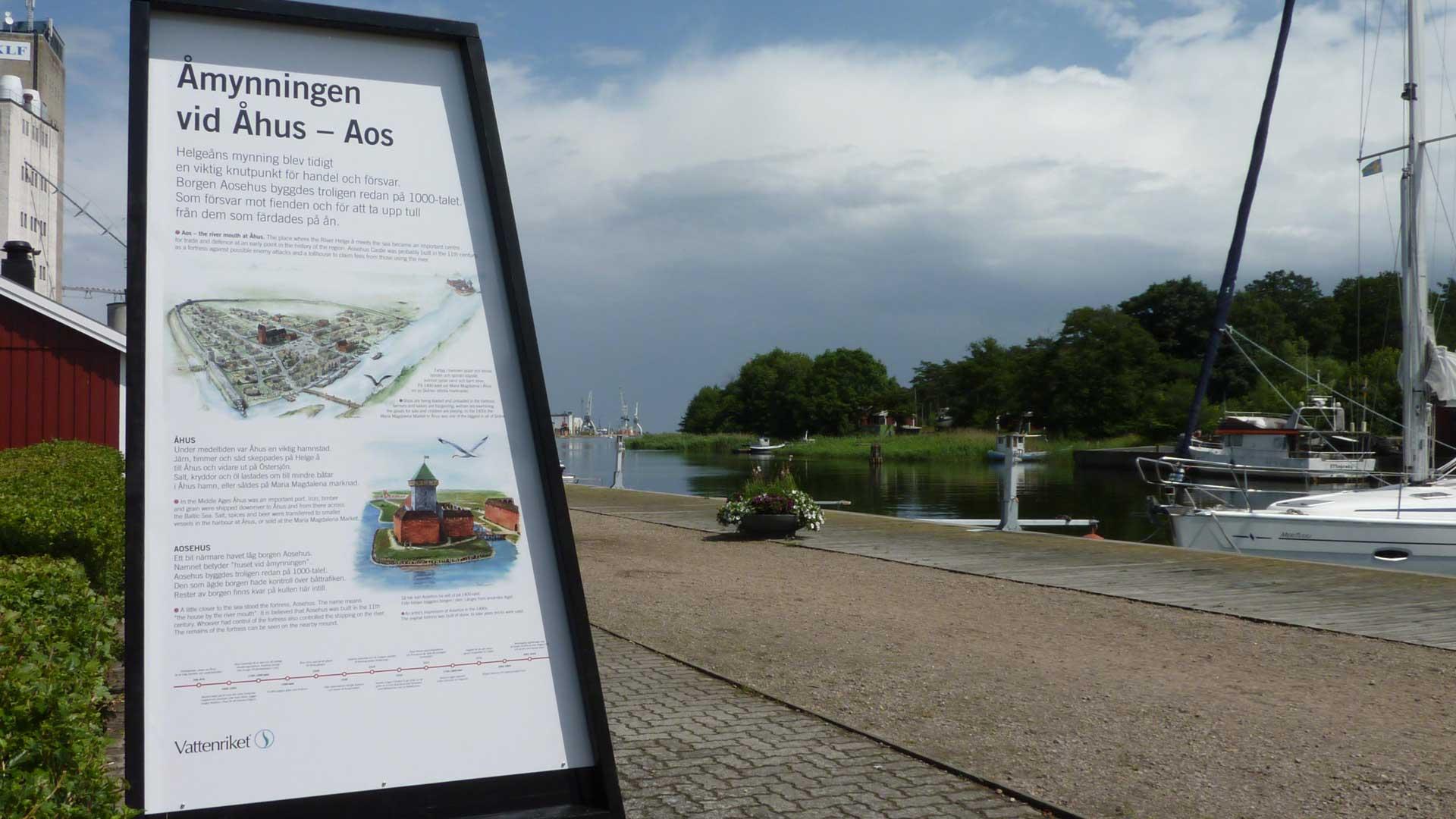 Helgeåns mynning är porten till Vattenriket från havet. Informationesskärmarna berättar om åmynningens betydelse genom tiderna. Foto: Åsa Pearce