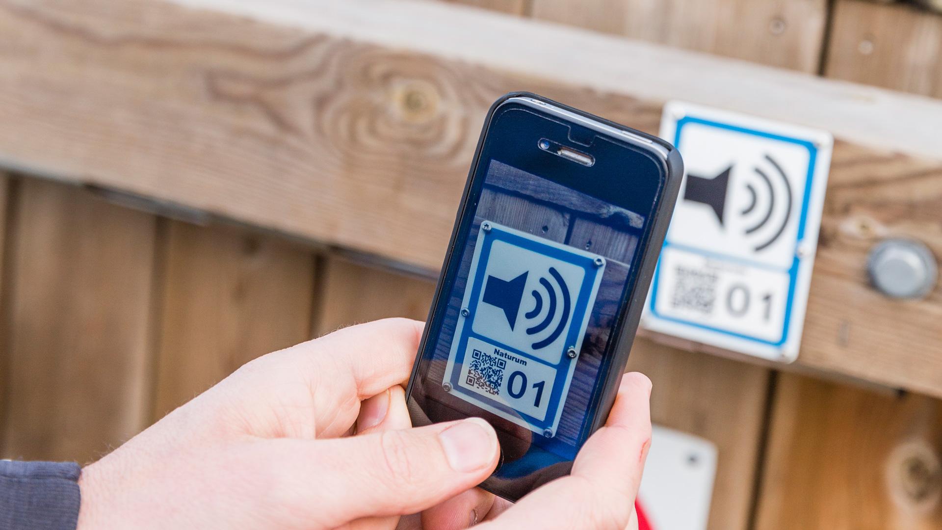 Lyssna på ljudguider med din mobil och qr-koder. Foto: Svelo
