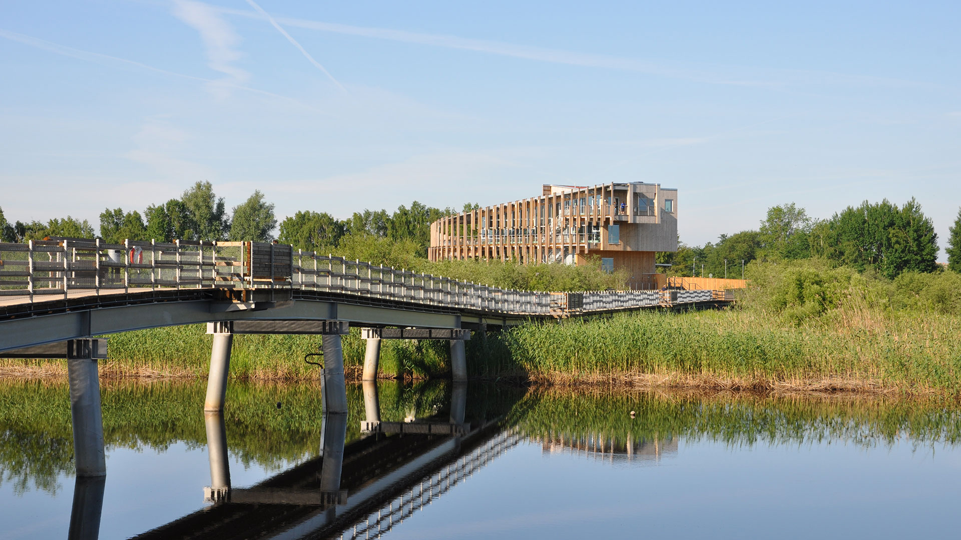 Naturum Vattenriket med bron från stan
