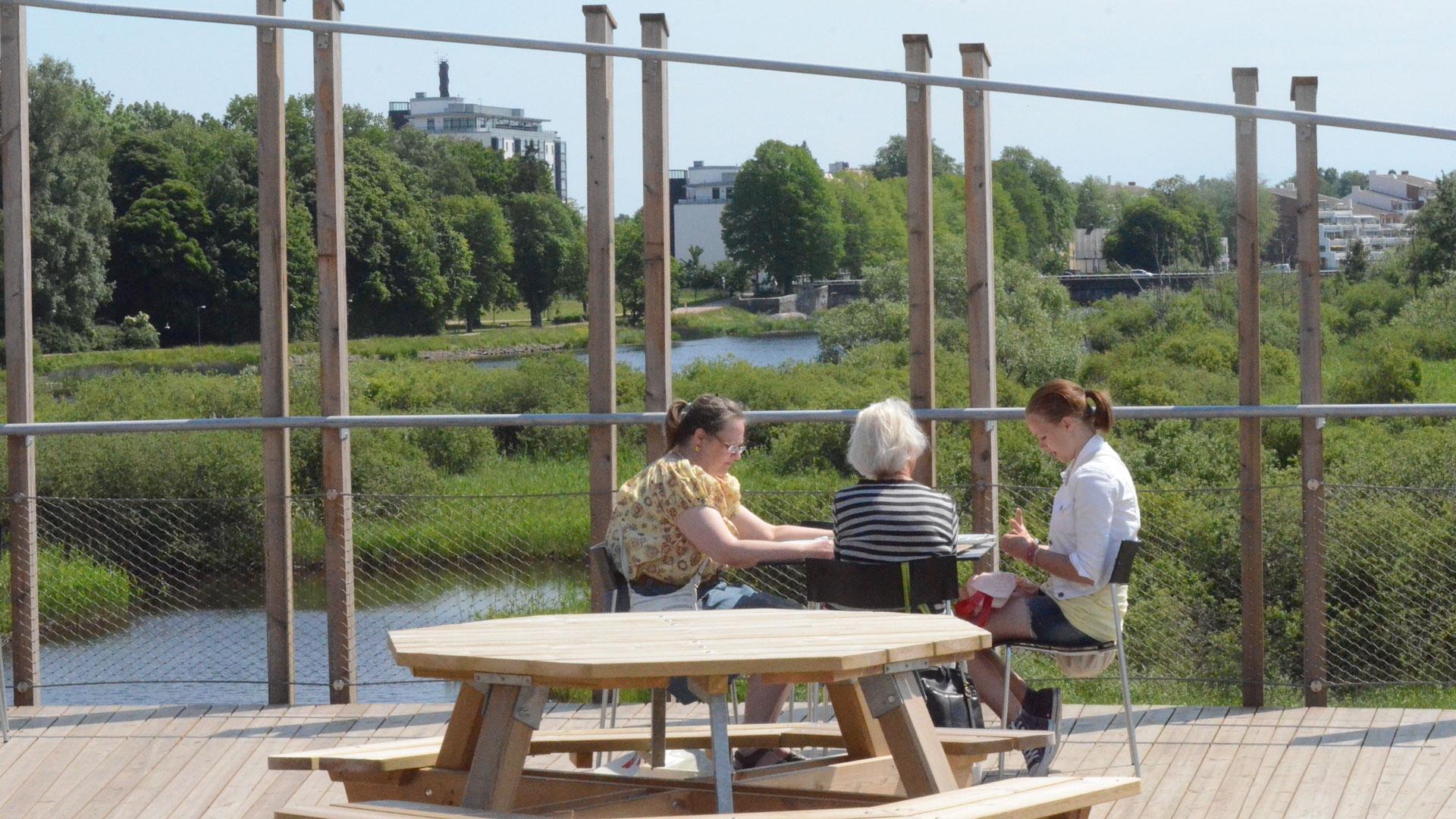 Takterrassen på naturum har härlig utsikt över naturumsjön och staden. Foto: Claes Sandén, Kristianstads kommun