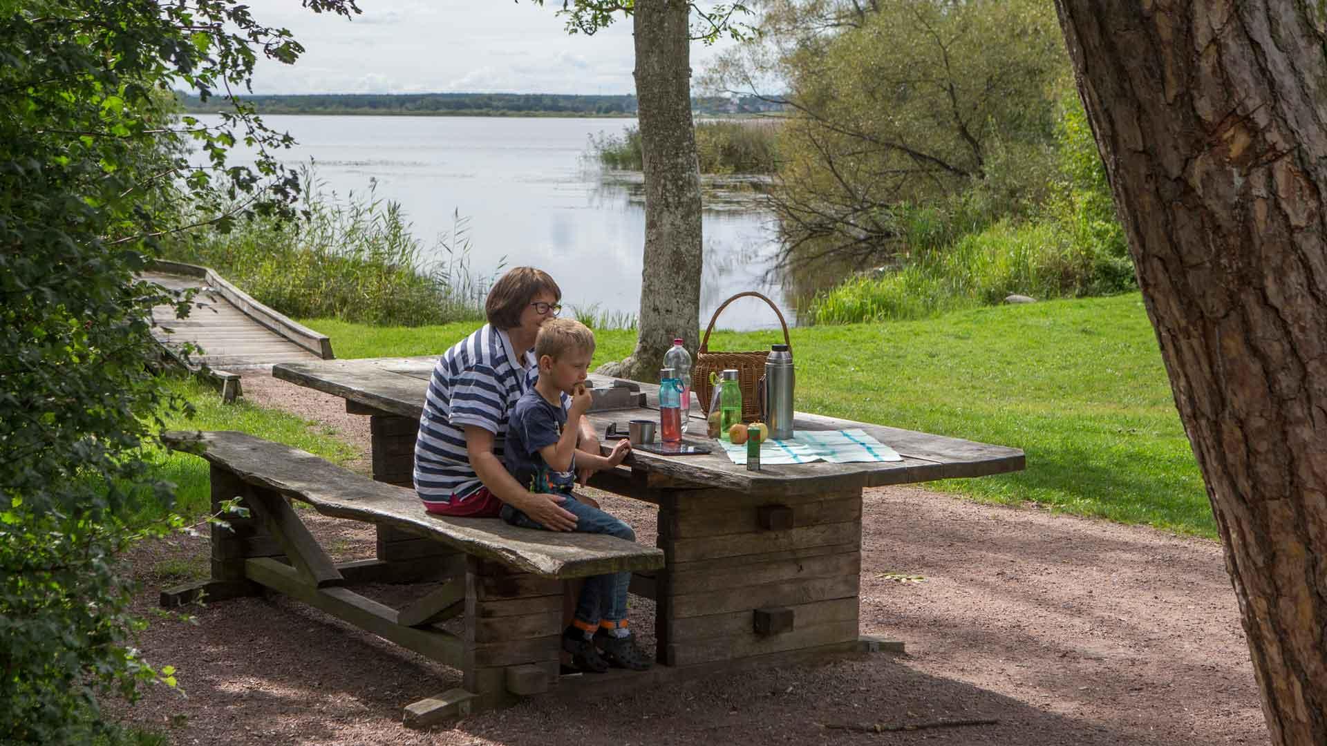 På Ekenabben finns ett rejält fikabord som är tillgänglighetsanpassat för rullstol. Foto: Patrik Olofsson/N