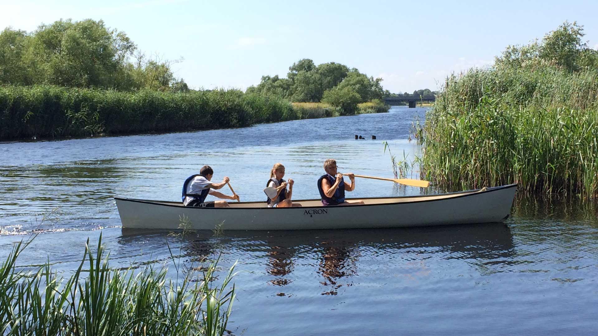 Paddla kanot på Helge å. Foto: Karin Magntorn