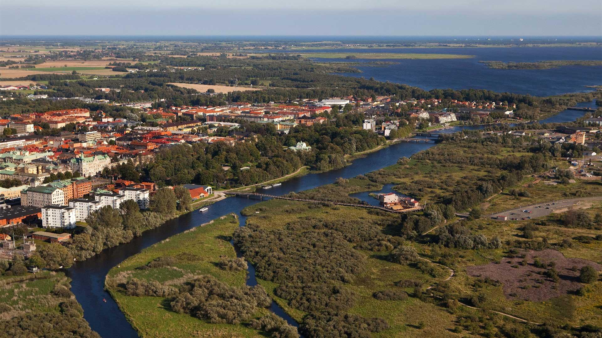 Kristianstad och naturum mitt i Vattenriket. Flygbild av Patrik Olofsson/N