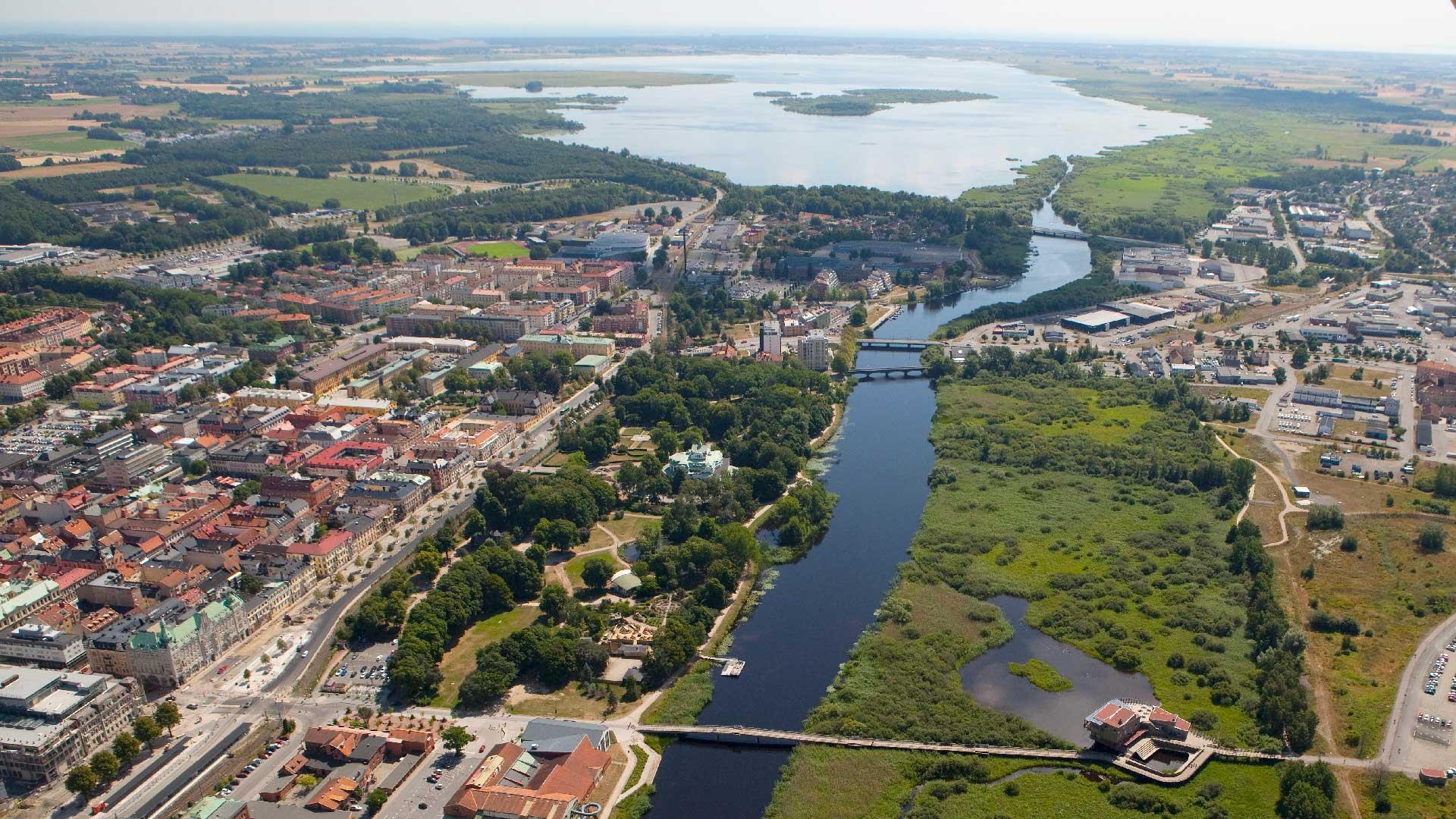 Flygbild med Kristianstad och naturum med vy mot Hammarsjön och kusten i horisonten. Foto Patrik Olofsson.