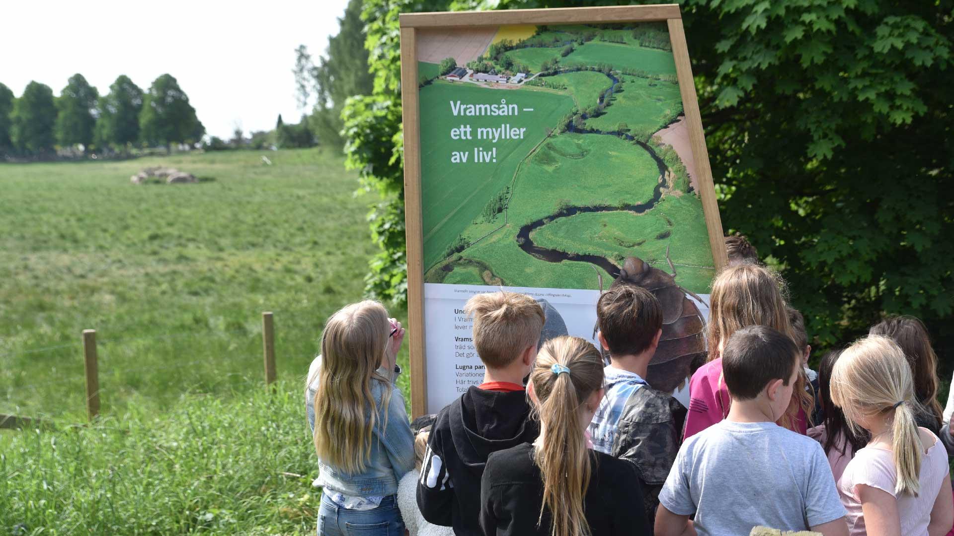 segelskärmen vid Vramsån berättar om åns natur och kulturvärden. Foto Mattias Roos, Kristianstads kommun