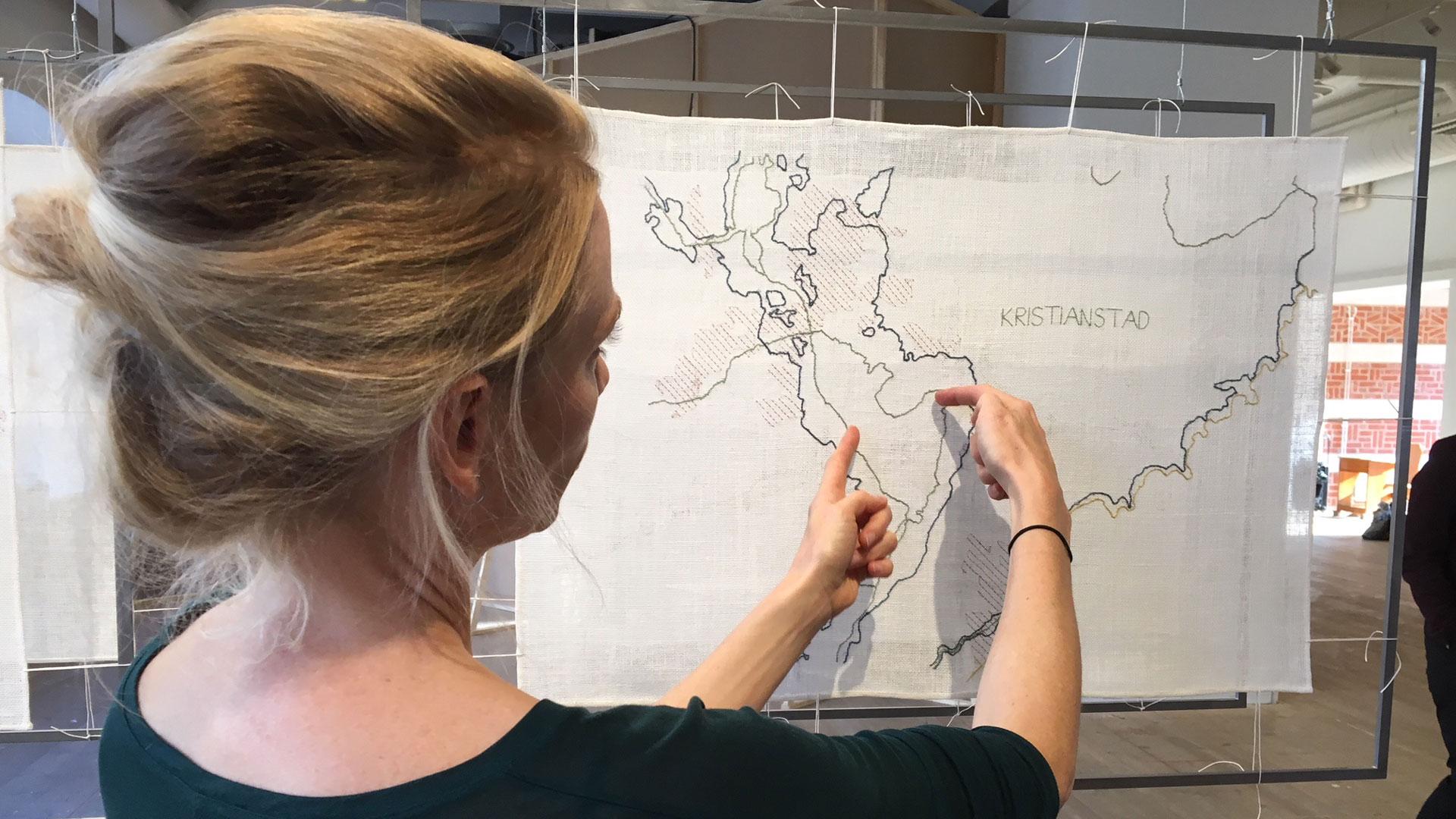 Konstnär Caroline Mårtensson visar sitt verk på Man and Biosphere på Konsthallen. Foto: Åsa Pearce