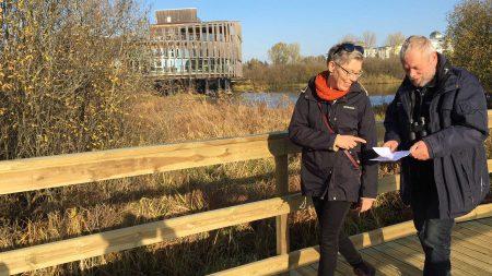Karin Magntorn, Naturumföreståndare, Och Hans Cronert, Naturvårdssamordnare, Provgår Naturumspången. Foto: Åsa Pearce