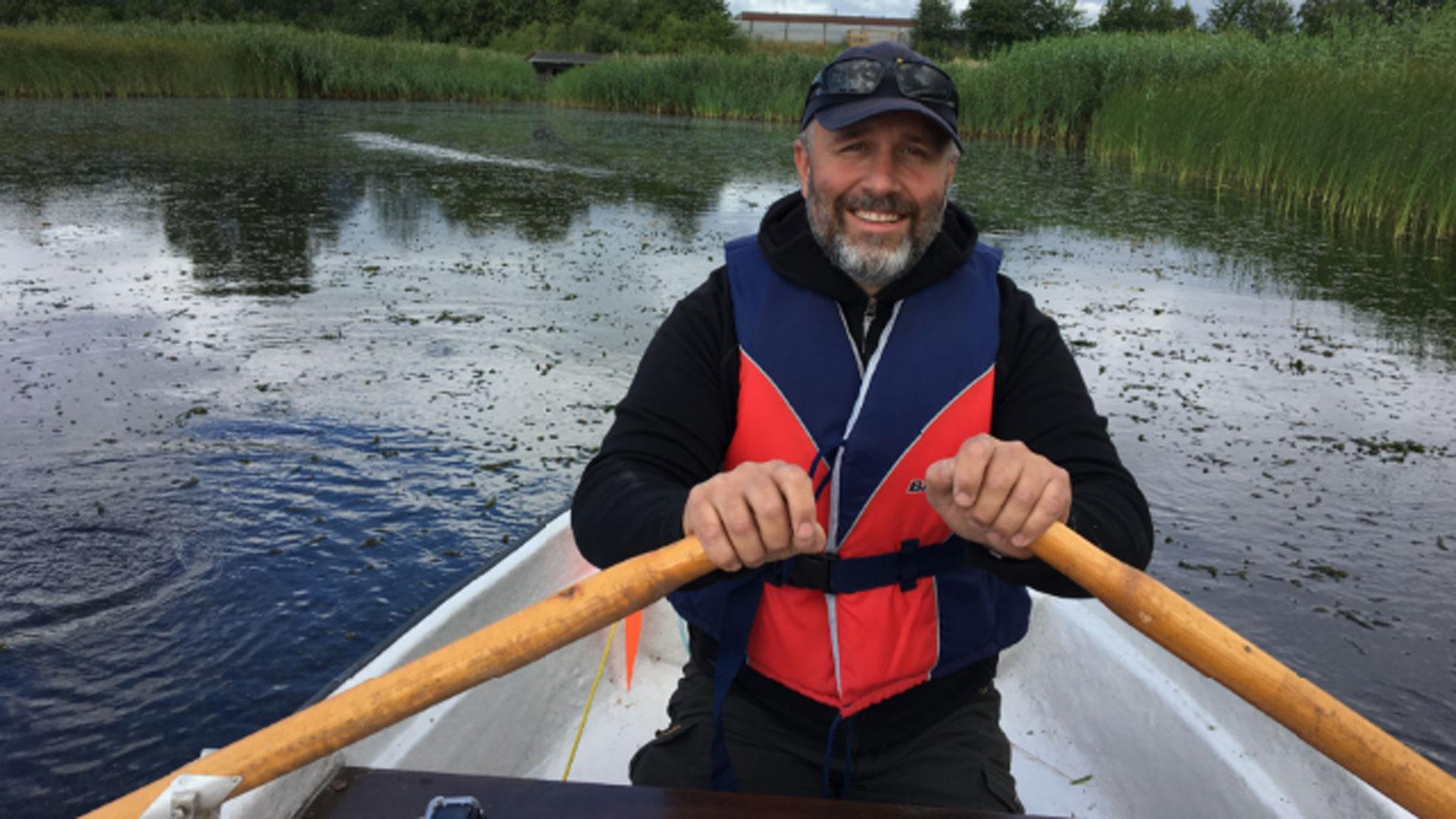 Andreas Jezek i båt, Karpalundsdammarna.