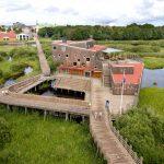 Naturum Vattenriket sett från parkeringen med staden i bakgrunden. Foto Patrik Olofsson/N