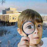 Flicka tittar på dig genom ett förstoringsglas med ett snöigt naturum i bakgrunden.