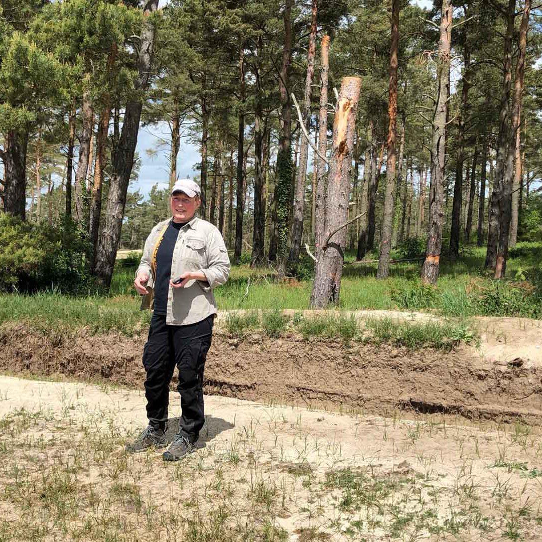 Pyret Ovesson på Horna sandar framför bihak och veteraniserat träd. Foto Ebba Trolle