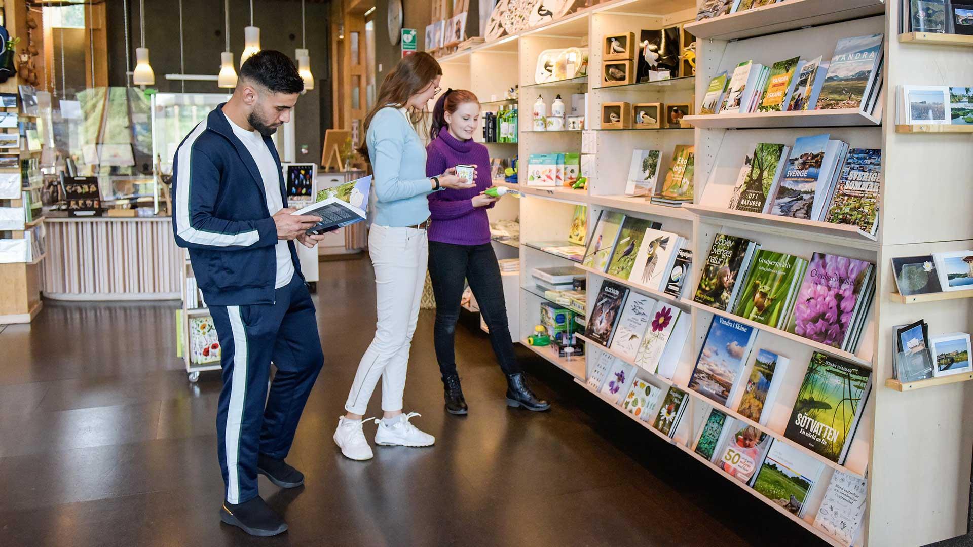 I naturums butik finns böcker och naturnära saker. Foto Jennie Ahlqvist
