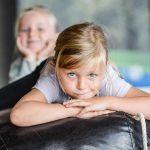 Två flickor ligger på den stora tygmalen på naturum