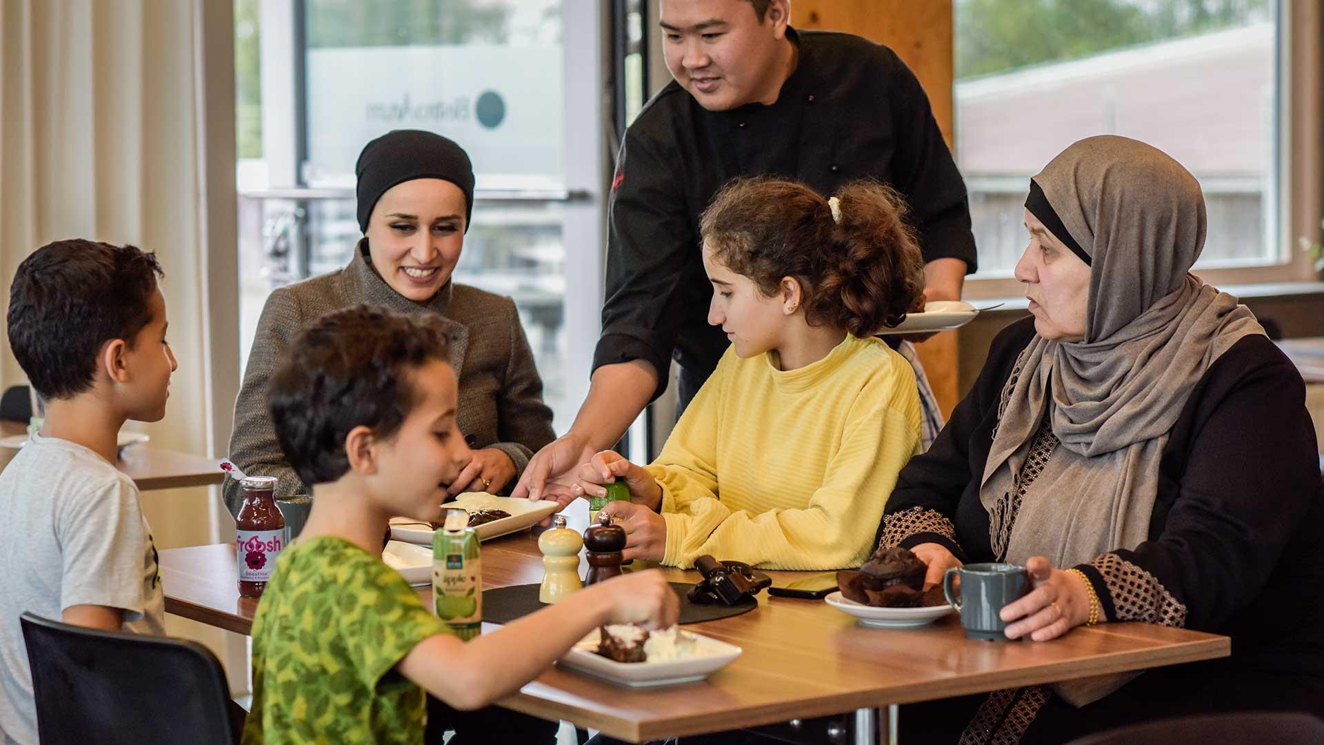 Familj äter på naturums restaurang. Foto Jennie Ahlqvist